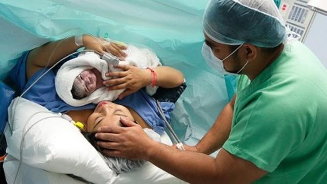 Ένα στα πέντε μωρά στον κόσμο γεννιούνται με καισαρική